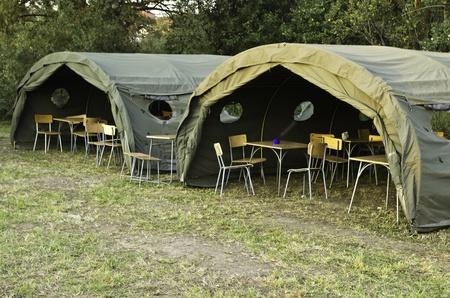 két nagy katonai sátrak erdőben
