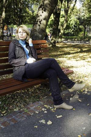 szép nő ül a padon