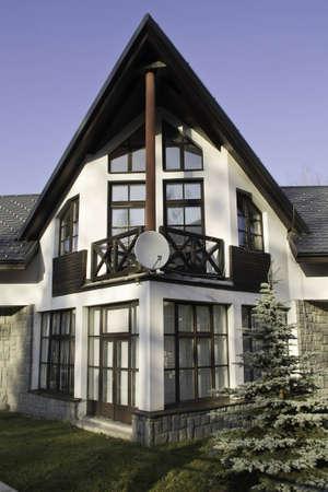 Egy szép ház, egy műholdas antennát az erkélyen