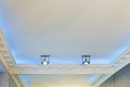 A stukkós mennyezetre szerelt luxus szobában