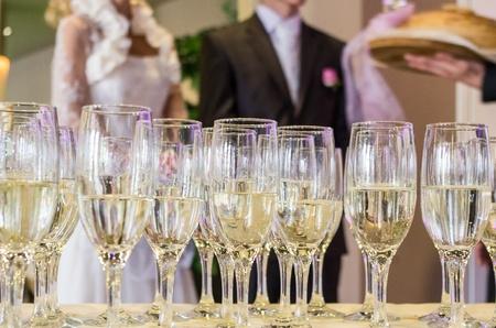 Esküvői pohár pezsgőt, felkészült a menyasszony és a vőlegény
