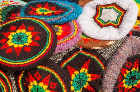 reggae: Multi b�rets de couleur rastafari sur le stand