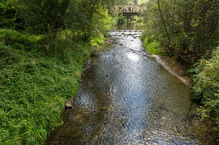 Oude ijzeren brug over de rivier Stockfoto