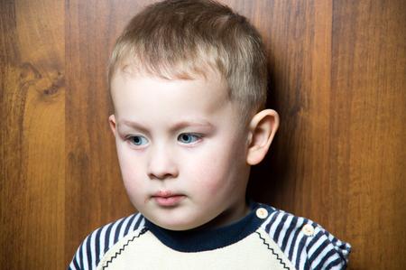 ni�os abandonados: un ni�o cauc�sico joven triste. mira lejos Foto de archivo
