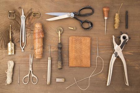 나무 배경에 가죽 공예 도구 스톡 콘텐츠