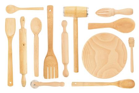 utencilios de cocina: Conjunto de los utensilios de cocina de madera sobre un fondo blanco Foto de archivo