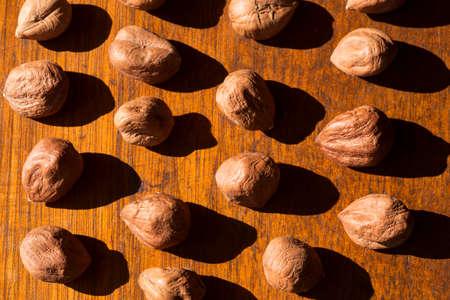 hazelnuts: Avellanas en un fondo de madera