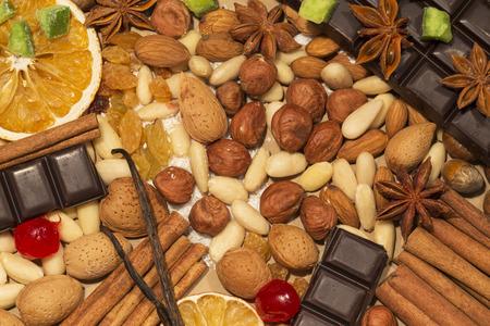 avellanas: Las almendras, las avellanas y las especias con el chocolate