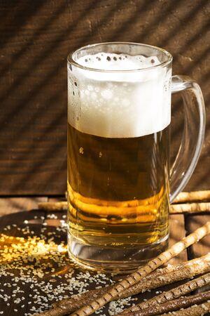 gressins: Gressins et un verre de bi�re sur un fond de bois