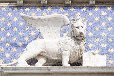 leon con alas: El le�n alado de San Marcos - el s�mbolo de Venecia Foto de archivo
