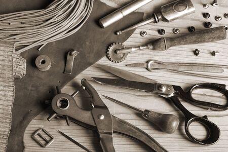 Viraggio - Pelle strumenti artigianali e fibbie Archivio Fotografico - 38884414
