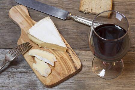 queso de cabra: Queso franc�s suave con el vaso de vino tinto