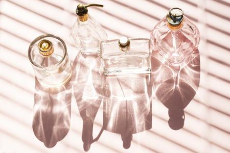 Parfumflessen op een helder licht met de schaduwen