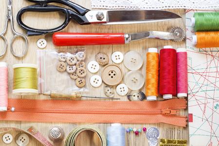 moda ropa: Art�culos de costura en un fondo de madera Foto de archivo