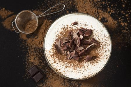 Tiramisu con cioccolato e cacao su sfondo nero Archivio Fotografico - 47627591