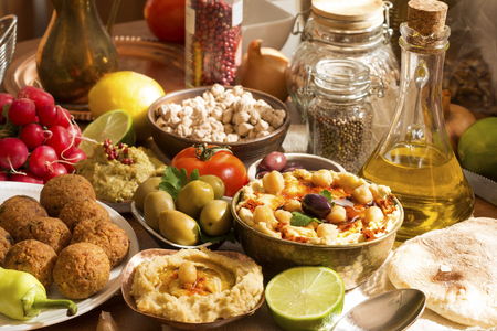 продукты питания: Хумус и фалафель блюдо с ингредиентами