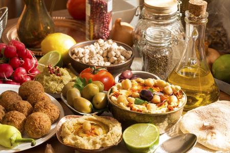 gıda: malzemelerle Humus ve falafel yemek Stok Fotoğraf