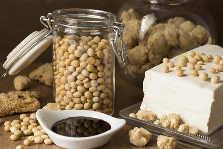 木製の背景に大豆製品