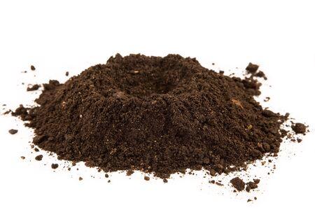 白い背景の上の土壌のヒープ