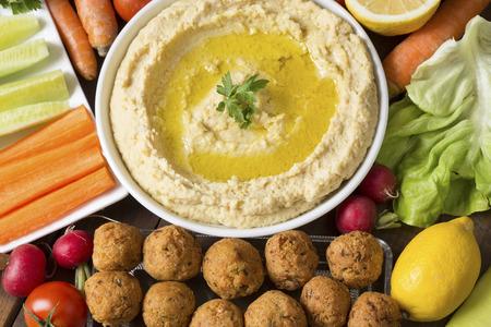 plato de comida: Hummus y falafel con las verduras frescas Foto de archivo