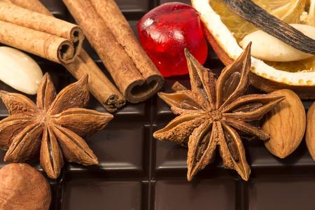 hazelnuts: Almendras, avellanas y especias con el chocolate como fondo Foto de archivo