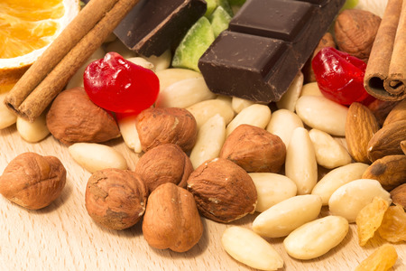 avellanas: Almonds, hazelnuts and spices with chocolate as background