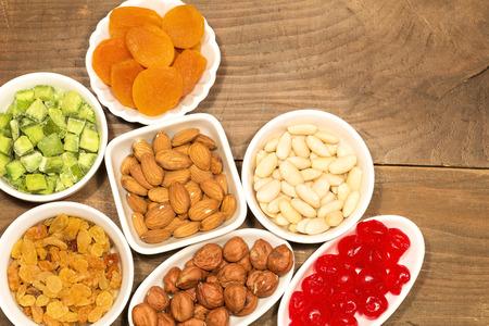 avellanas: Almendras, avellanas y frutos secos en cuencos de porcelana blanca Foto de archivo