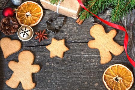 ジンジャーブレッド クッキーとクリスマスの背景 写真素材