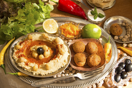 Hummus and falafel with the fresh vegetables Standard-Bild
