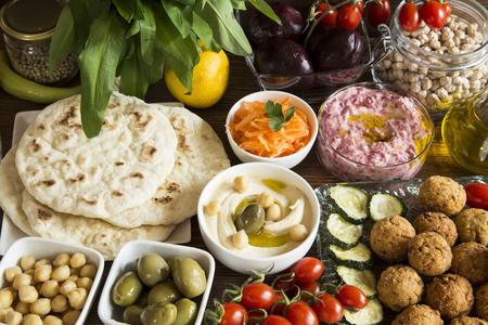 Comida vegana: hummus y falafel con verduras y pan de pita