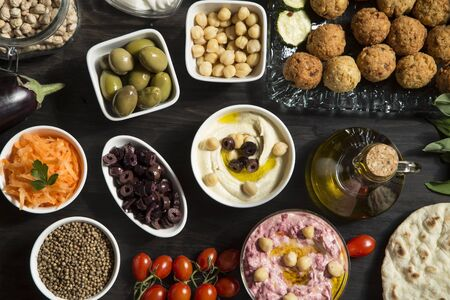 Vegan meal - hummus and falafel with vegetables and pita bread Stockfoto