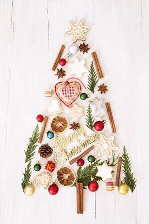 Christmas tree made of gingerbread cookies and ornaments Zdjęcie Seryjne