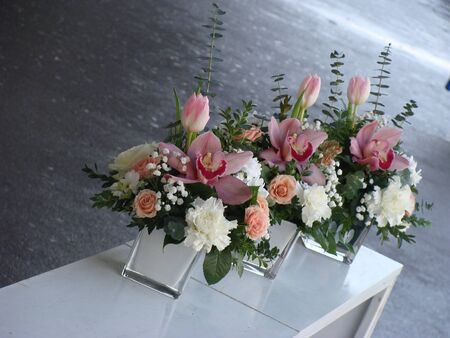 modern flowers: Wedding table centers in white and pink Stock Photo