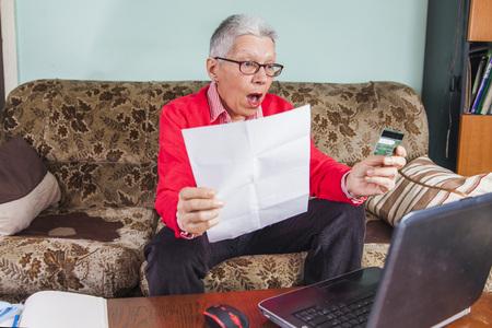 Dame âgée ouvre le choix de la production de dépenses sur sa carte de crédit Banque d'images - 94189669