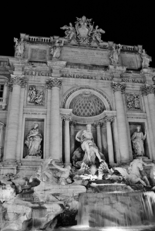 Trevi Fountain Rome at night with tourists 新聞圖片