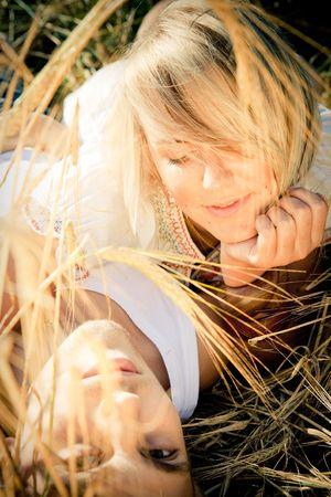 若い男と麦畑の女性のイメージ