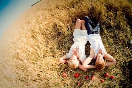 femme romantique: Image du jeune homme et une femme sur le champ de blé