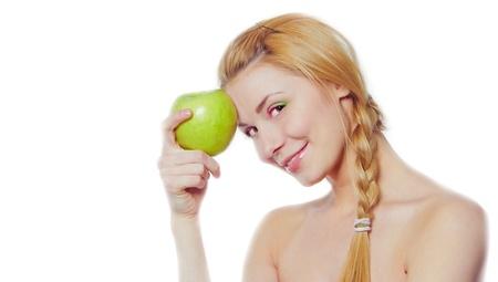 白で隔離される緑のりんごを持つ若い女性の肖像画