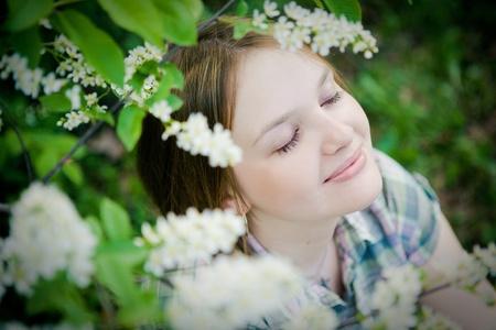 春の庭で美しい少女