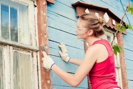 家の化粧品の変化を作る笑顔若い女性の肖像画