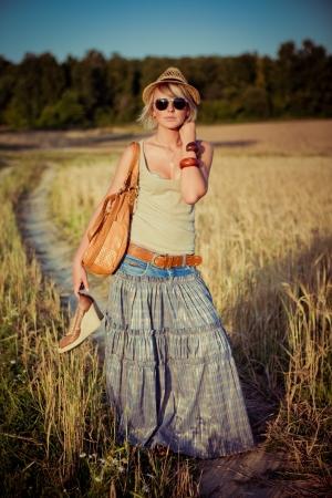 道路上の若い女性のイメージ