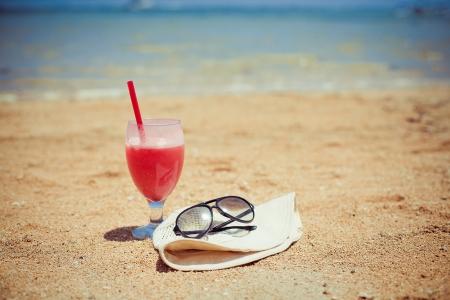Bocal of fruity cocktail on a beach Standard-Bild