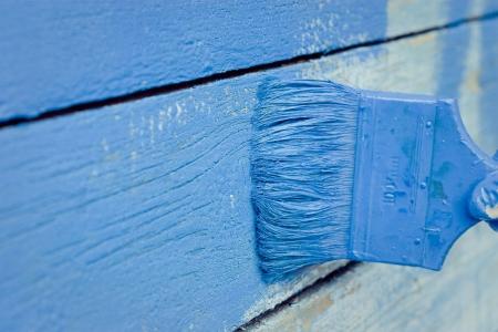 hand schilderen: hand painting blue wooden wall