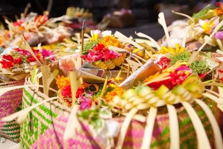 花、食品、香りを持つバリ島の神々 に供物の棒します。
