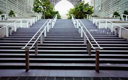 bajando escaleras: Escaleras modernas que conducen a un edificio de oficinas