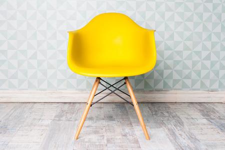 moderní žluté křeslo v pokoji