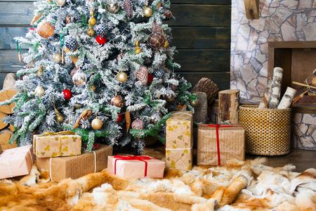 cajas navideñas: Presentes bajo el árbol de Navidad decorado. ¡Feliz año nuevo!