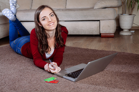 debet: Happy woman doing online shopping at home