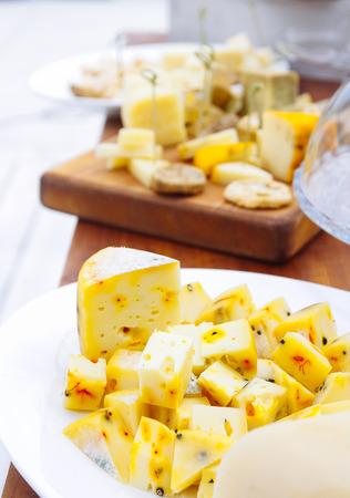 チーズ プレート: エメンタール、カマンベール チーズ、ブルーチーズのテーブルの上
