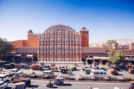 rikscha: Jaipur, Indien - 17. Januar: Hawa Mahal oder Ort der Winde oder Brise 17. Januar 2017 Rajasthan, Indien Editorial